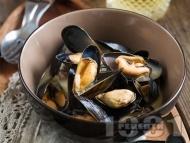 Рецепта Задушени варени миди с черупки в тенджера със сос от бяло вино, масло, лук, брашно и галета